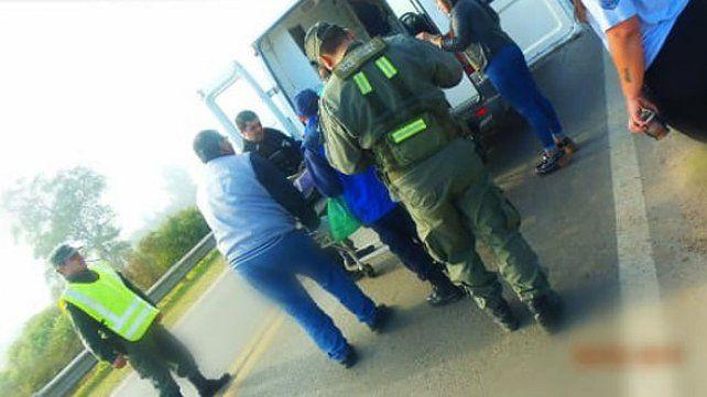 Iban al almuerzo del Día del Bombero y pararon a asistir a un hombre al costado de la ruta