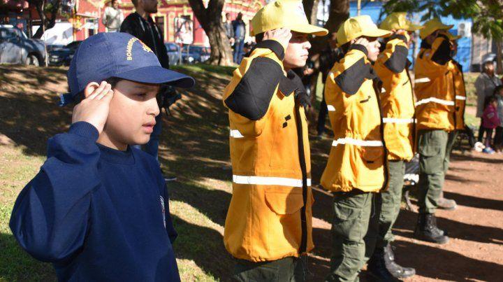Mirá el desfile de los bomberos voluntarios de Paraná desde la autobomba