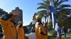 mira el desfile de los bomberos voluntarios de parana desde la autobomba
