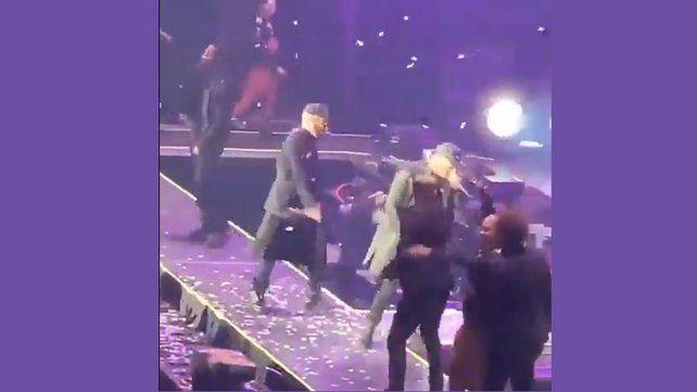 Wisin se cayó a una fosa durante un show, igual que Sergio Denis