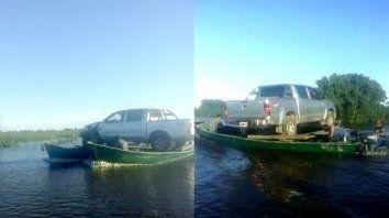 baqueanos se las ingeniaron para transportar una camioneta en dos canoas