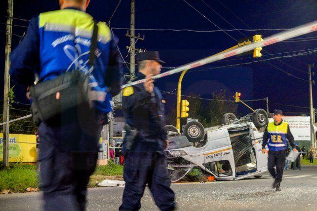 Una ambulancia que llevaba una embarazada, chocó y volcó