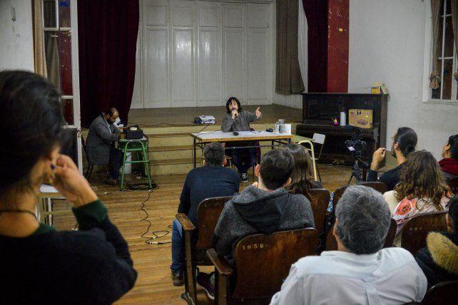 El intelectual respondió todas las preguntas de los asistentes.