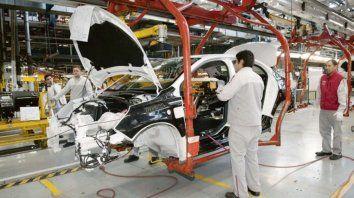 la industria cayo un 8,8% en abril y completo un ano de retrocesos