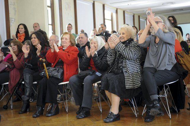 Las abuelas celebran y anunciaron una conferencia de prensa.