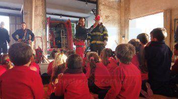 Distintas escuelas de Paraná y la provincia llegan hasta el cuartel, lugar en que los bomberos brindan charlas sobre su labor y realizan actividades de concientización.