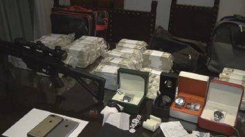 En los bolsos encontraron, celulares de alta gama, armas, relojes y dólares.