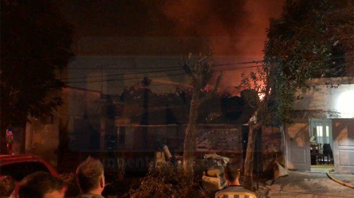 VIDEOS: Se incendió una tapicería en Paraná y las pérdidas son cuantiosas