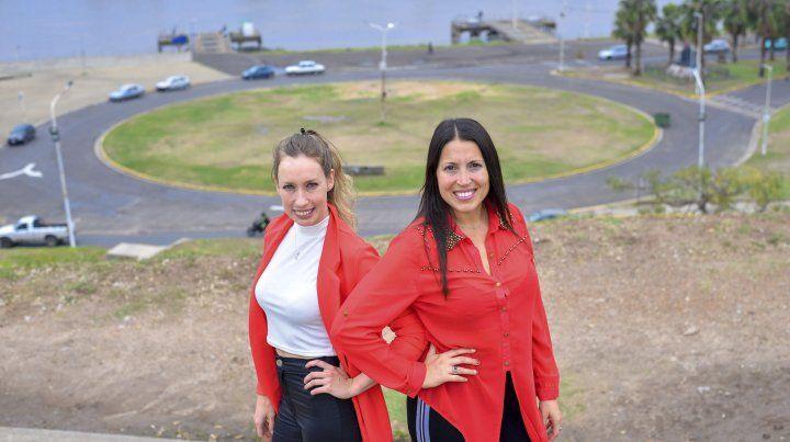 Inés Haddad y Florencia Armanasco proyectaron la Expo MAD sobre la plaza de las Colectividades.