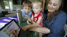 Victory Schofield abraza a su madre en su casa de Ogden, Utah, el 6 de junio del 2019. La niña tiene cinco años y es intersexual, y sus padres no piensan hacer que se defina por un género.