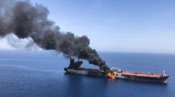El petrolero noruego Front Altair, uno de los dos barcos atacados este viernes en el golfo de Omán