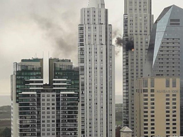 Video | Incendio en una torre en pleno Puerto Madero