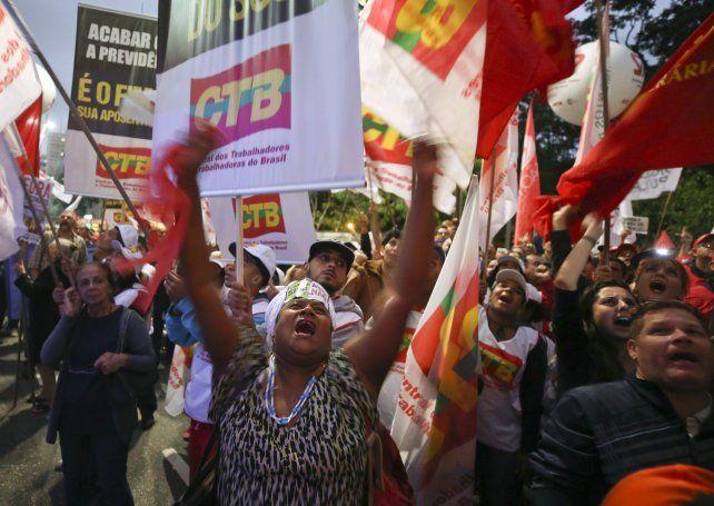 Los trabajadores se oponen a la entrega de derechos.
