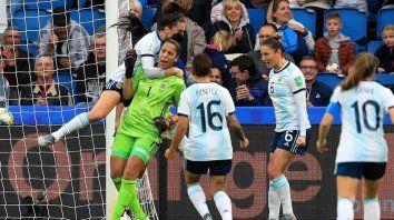 La alegría de las argentinas luego del penal atajado por Correa.