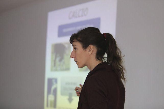 Laura explicando sobre el calcio.