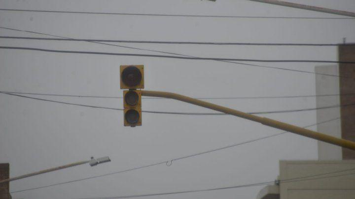El semáforo apago en una mañana gris