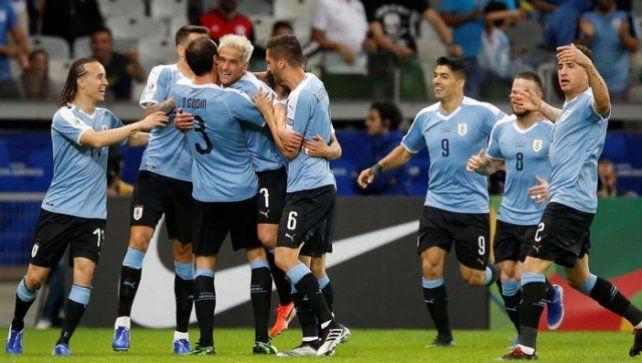 Uruguay aplastó a Ecuador en su debut