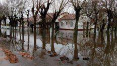escuela rural rodeada de agua por lluvias y una obra de vialidad