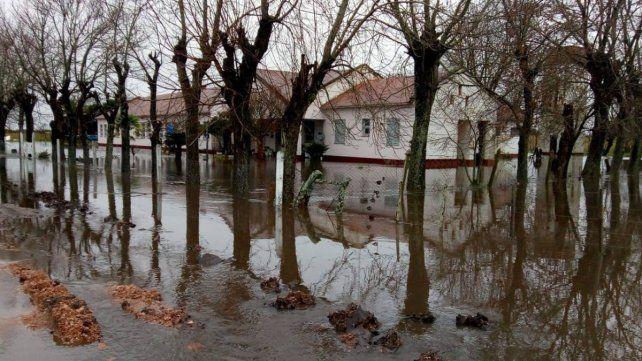 Escuela rural quedó rodeada de agua en medio de una obra de Vialidad