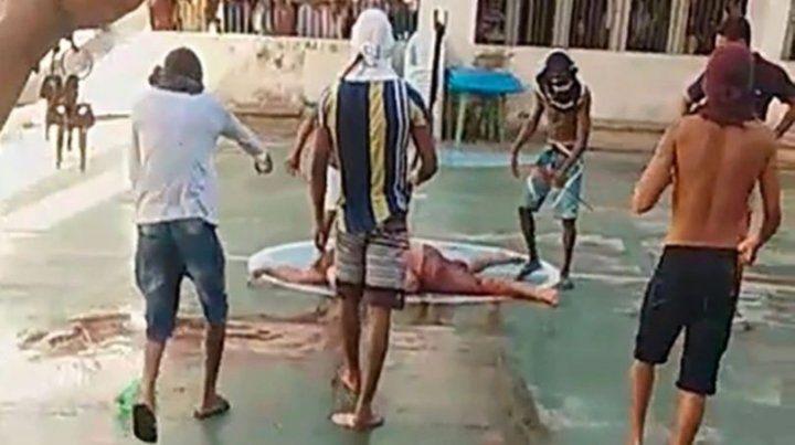Los cuerpos de las víctimas aparecían esparcidos por el patio del penal.