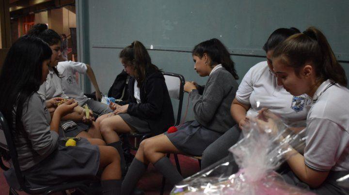 Alumnos confeccionaron ropa de bebés en los recreos para donar