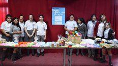 alumnos confeccionaron ropa de bebes en los recreos para donar