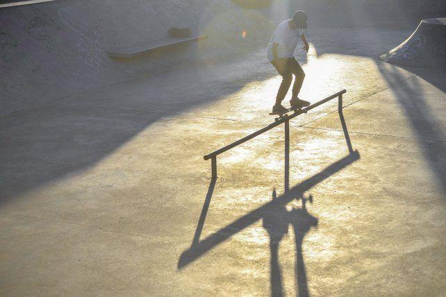 Marianito: 50-50 en la baranda del skatepark.