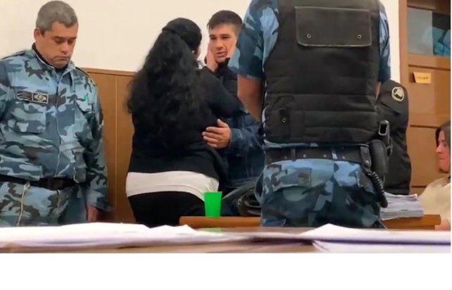 En pleno juicio, una mujer abrazó y perdonó al asesino de su hijo