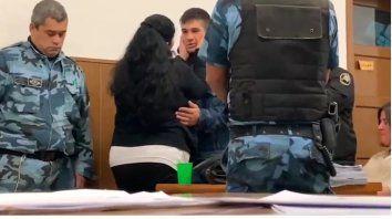 Una mujer abrazó y perdonó al asesino de su hijo