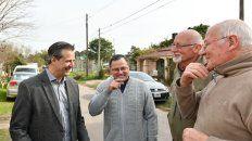 El vicegobernador Bahl, junto al padreMinigutti y dos vecinos de la zona.