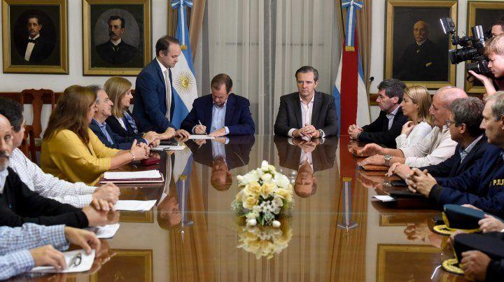Bordet firmó los contratos junto con el vice Adan Bahl.
