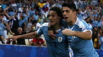 Los delanteros Suarez y Cavani, festejan el gol.