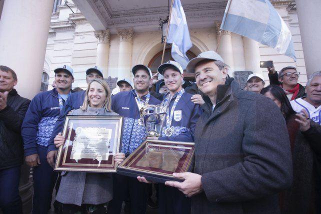 Histórico recibimiento a los jugadores de sóftbol campeones del mundo