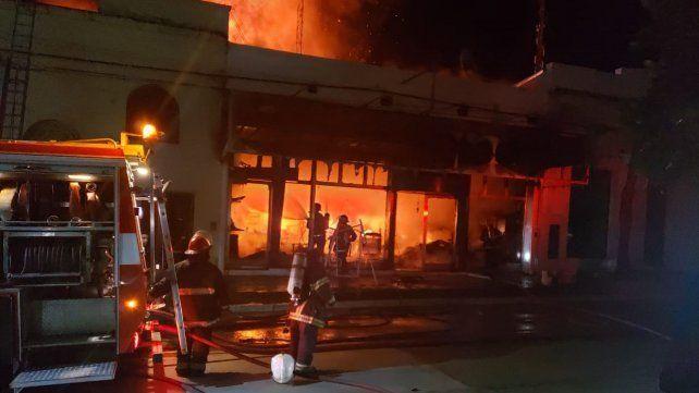 Se incendió por completo una casa de electrodomésticos