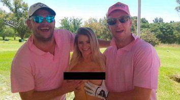 una promo de torneo de golf con caddies desnudas
