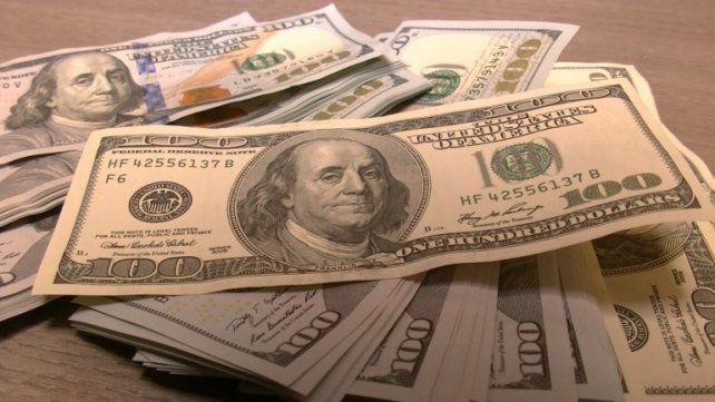 El dólar salta 50 centavos por cercanía de fin de mes y roza los $ 44