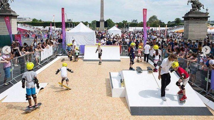 Les niñes aprovecharon a patinar en el Día Olímpico de París.