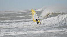 Fernando encarando una ola en el mar.