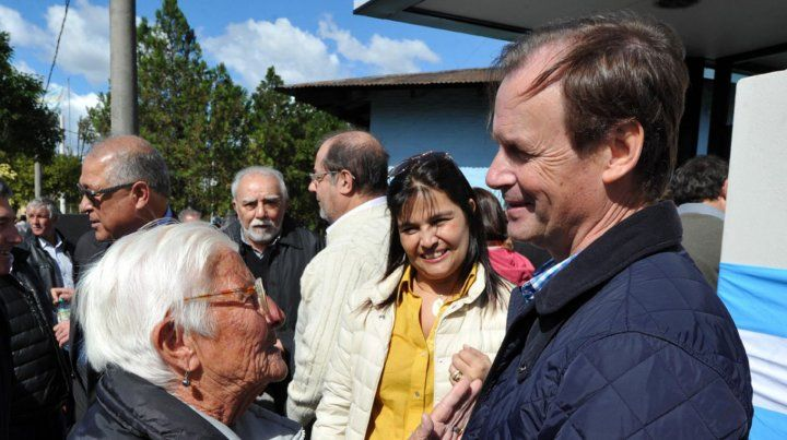 Jubilada saluda al gobernador Gustavo Bordet.