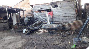 voraz incendio destruyo tres viviendas de madera en federacion