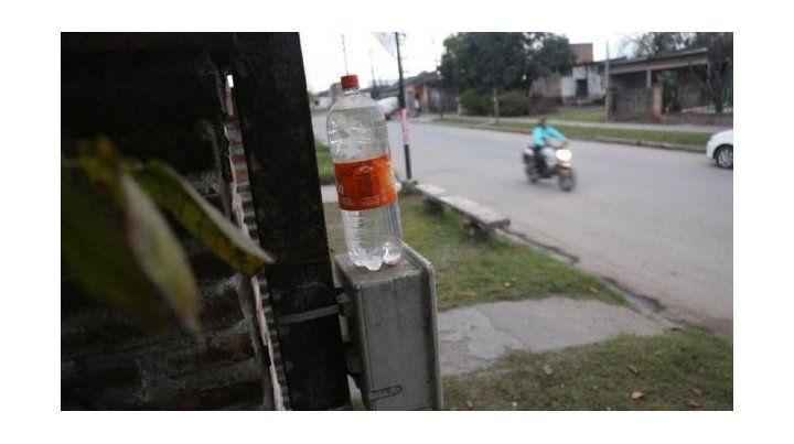 Ponen botellas de agua sobre los medidores para bajar el consumo