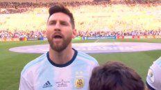 Messi cantó la canción patria.