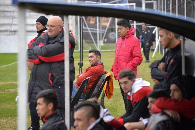 Hola goleador. Bichi Fuertes miró los partidos desde la cancha.