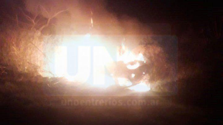 Un joven despistó y el auto en que viajaba se incendió: pudo escapar de las llamas