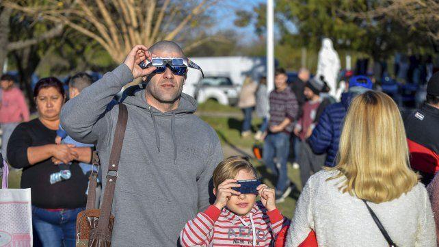 Grandes y chicos apasionados con el eclipse.