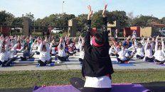 EXPERIENCIA. En Federación, María Celeste Rodríguez comparte técnicas de yoga con sus alumnos.
