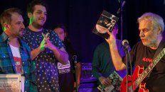 Emoción. Villanova (izq) escucha a Gabis que sostiene en alto Una de rockeros, en su presentación en Concepción.