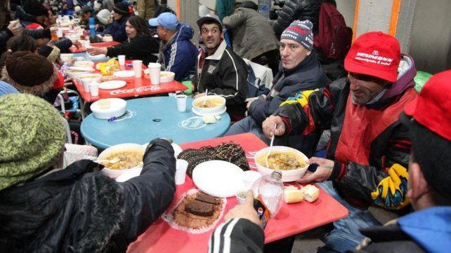 Solidarios. River Plate fue uno de los primeros que abrió sus puertas y dio un plato de comida a los sin techo.
