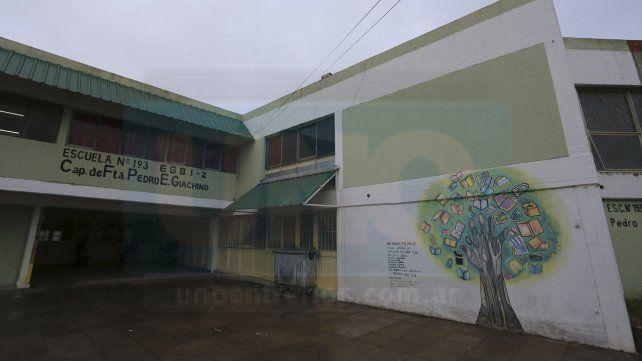 Escuela de barrio. El edificio es de principios de la década del 80