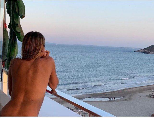 Flavia mirando al mar.